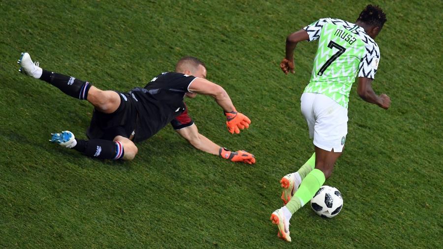 Musa dribla Halldorsson Islândia Nigéria Copa do Mundo - Philippe Dezmazes/AFO