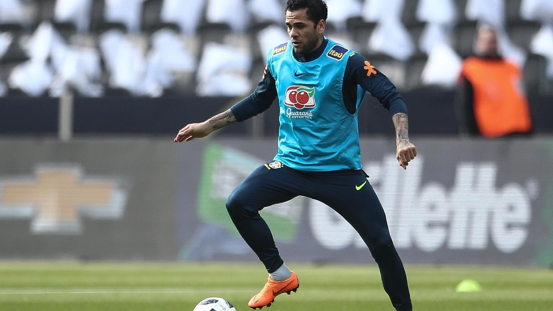 Daniel Alves participa de treino à véspera de amistoso da seleção contra a Alemanha