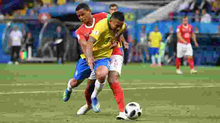 Manuel Akanji faz marcação em Gabriel Jesus durante o jogo entre Brasil e Suíça - Laurence Griffiths/Getty Images