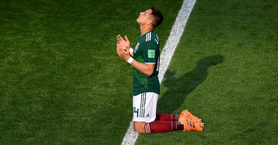 Javier Chicharito Hernández, do México, ajoelhado antes de jogo contra Suécia