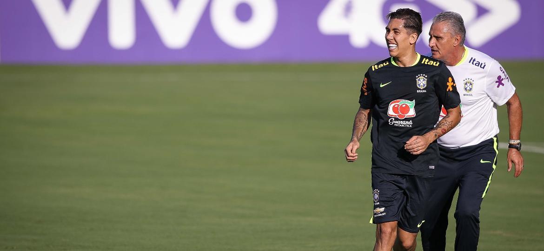 Tite corre ao lado de Firmino, uma das opções de banco da seleção - Pedro Martins/MoWa Press