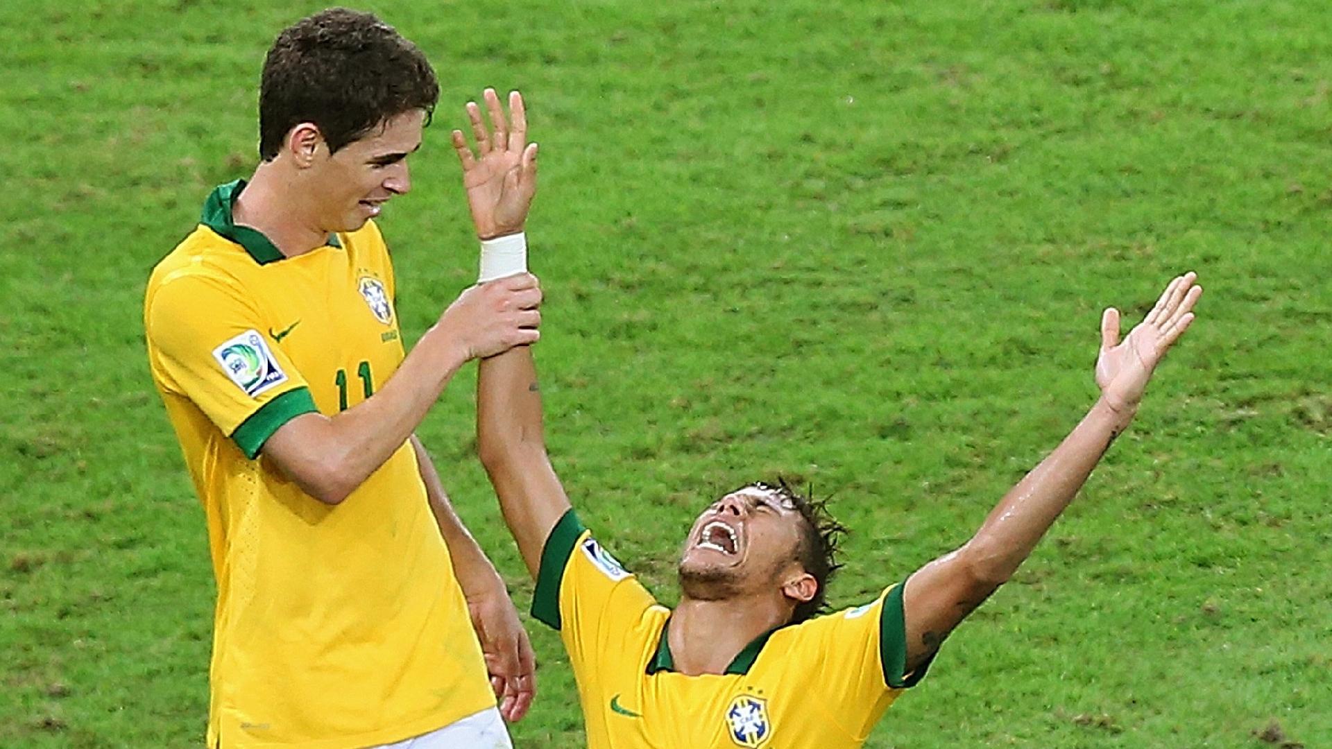 Neymar e Oscar comemoram o título da Copa das Confederações de 2013