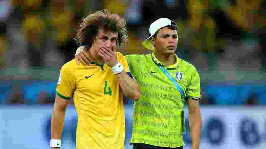 David Luiz e Thiago Silva após a derrota para a Alemanha em 2014 - Alex Livesey - FIFA/FIFA via Getty Images