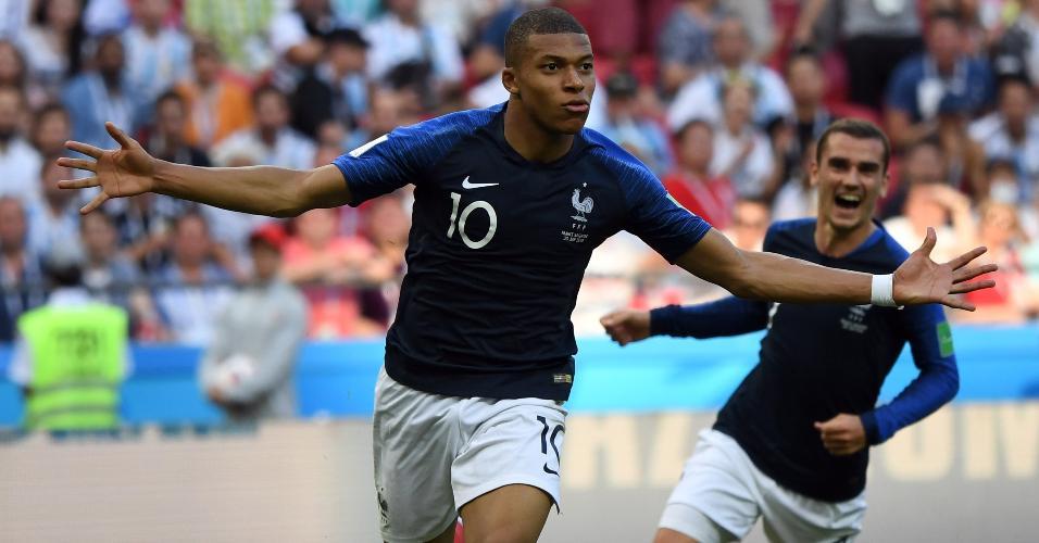 Mbappé comemora um dos gols feitos pela França contra a Argentina na Copa