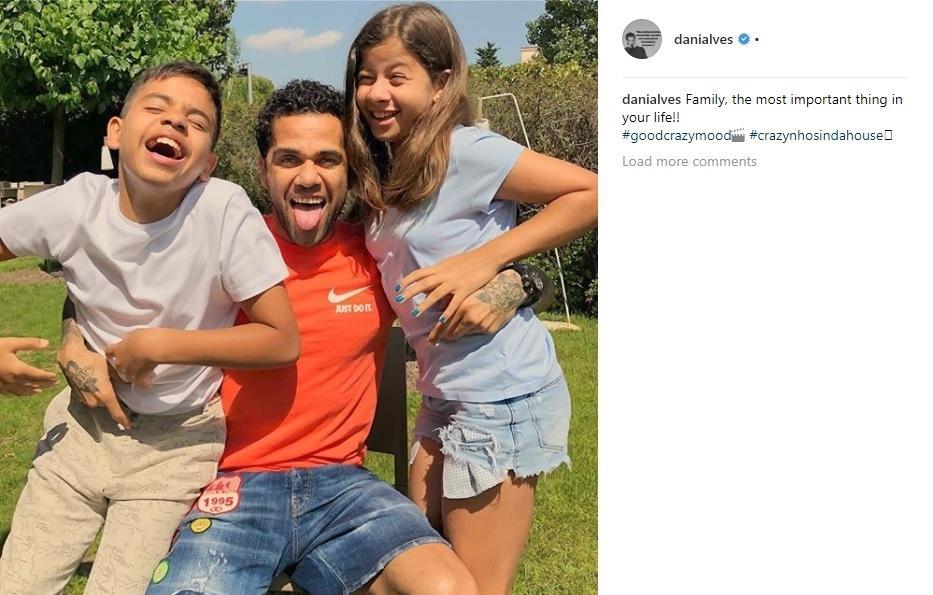 Daniel Alves posta foto com os dois filhos