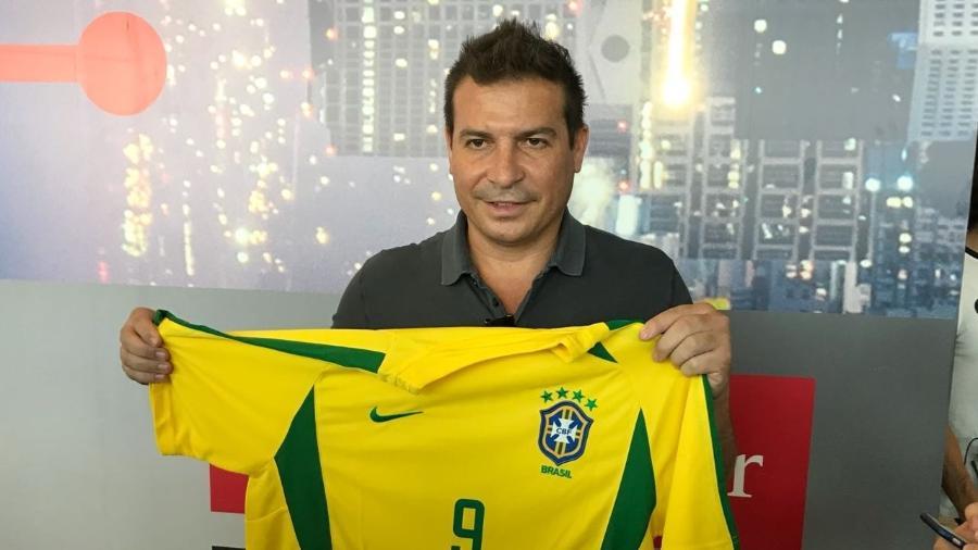 Luizão posa com camisa da seleção brasileira no aeroporto de Congonhas - Pedro Ivo Almeida/UOL
