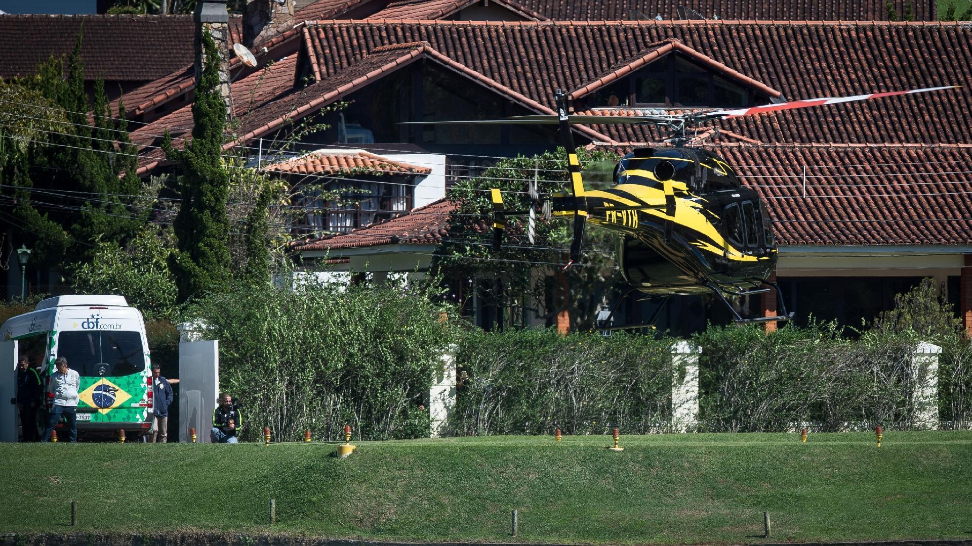 Helicóptero da seleção brasileira leva Neymar e outros jogadores à Granja Comary