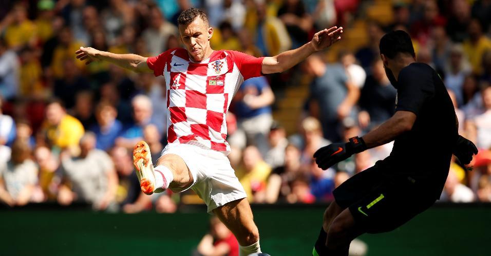 Alisson é pressionado por Perisic durante Brasil x Croácia