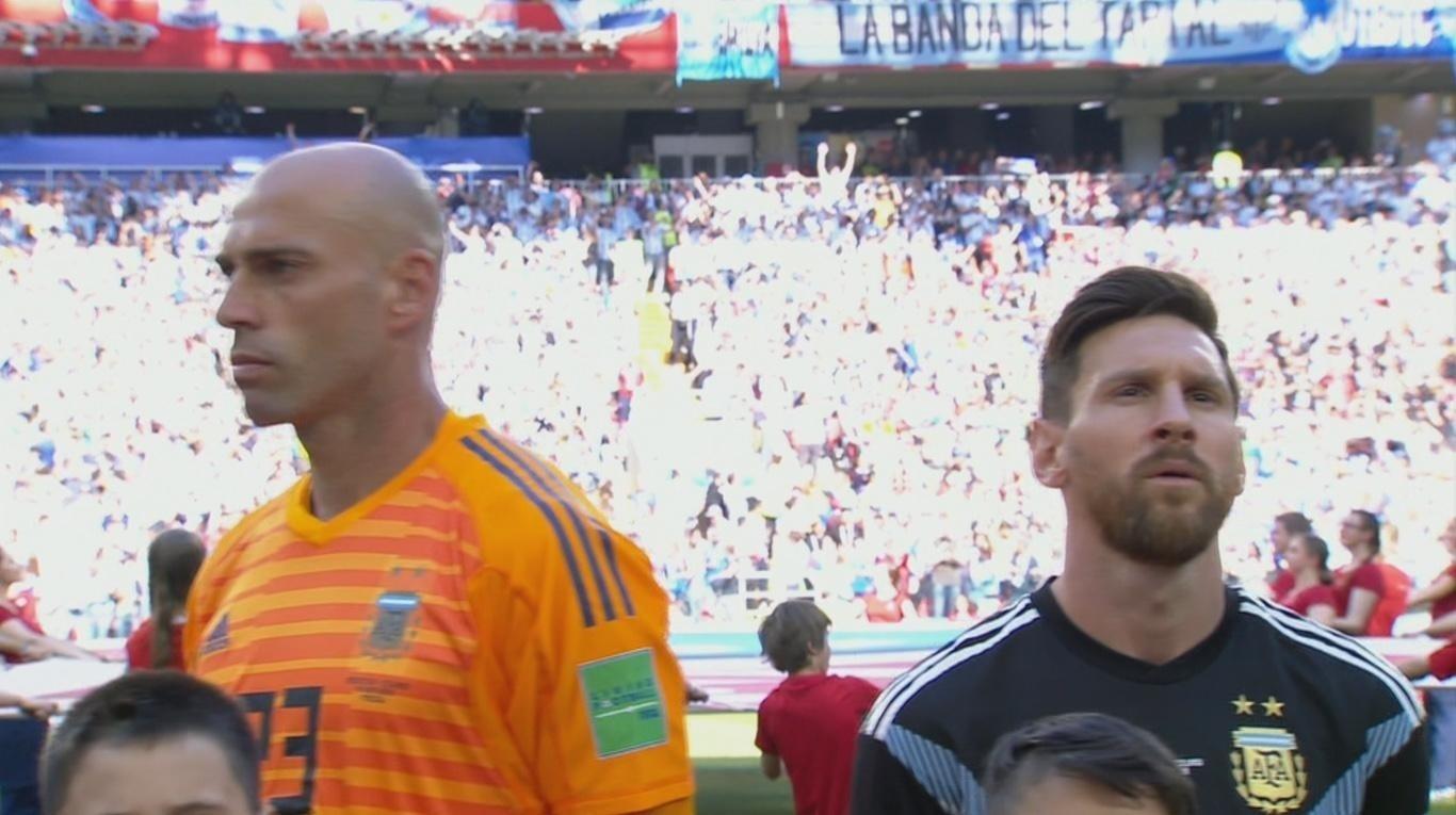 Argentina na Copa 2018  Por que goleiro da Argentina ficou de costas para  Messi durante o hino  - UOL Copa do Mundo 2018 7a14b9e217