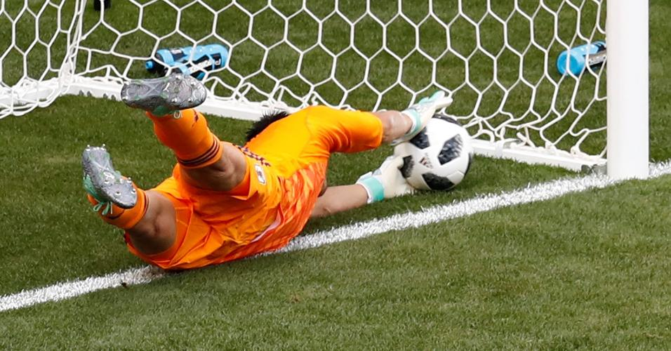 Goleiro japonês Kawashima não consegue evitar gol da Colômbia