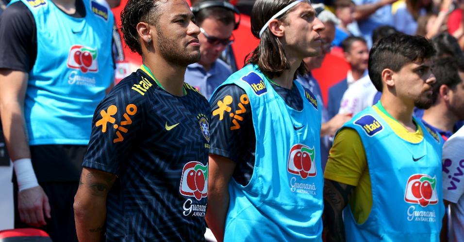 Neymar ao lado de Filipe Luís no banco de reservas da seleção brasileira