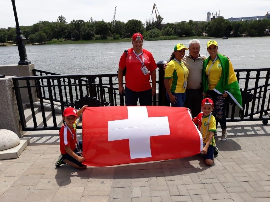 Família dividida entre Suíça e Brasil posa para foto
