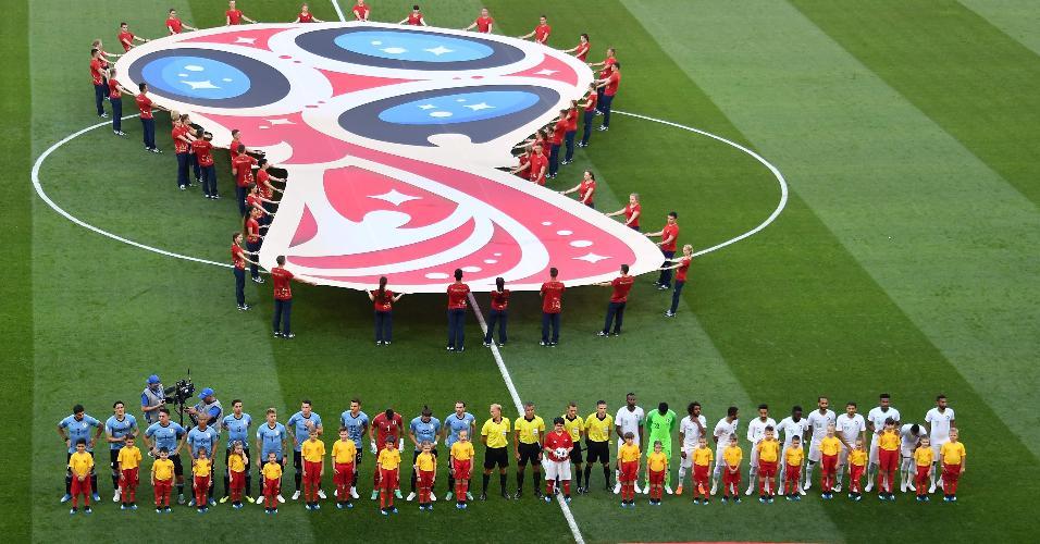 Seleção do Uruguai e seleção da Arábia enfileirados para os hinos
