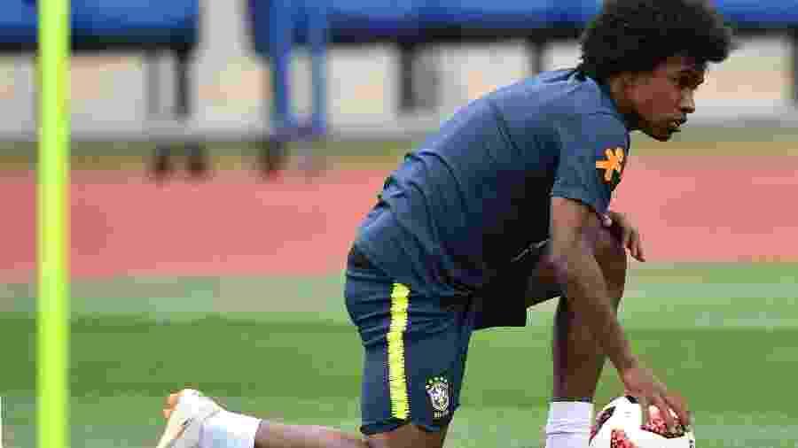 Willian participa de treino da seleção dois dias antes da partida contra a Bélgica - Nelson Almeida/AFP