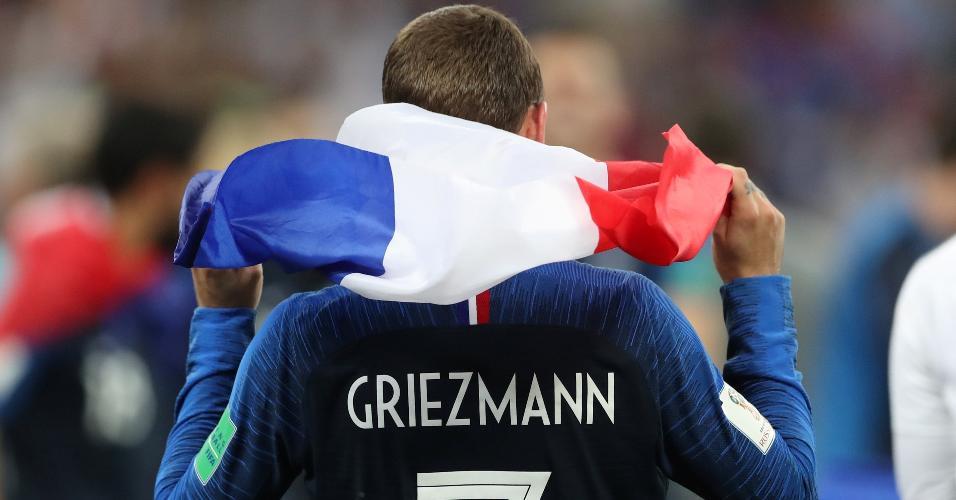 Com a bandeira da França às costas, Griezmann comemora o título mundial na Rússia