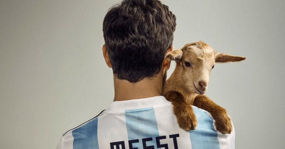 Messi posa com bode para a capa da revista