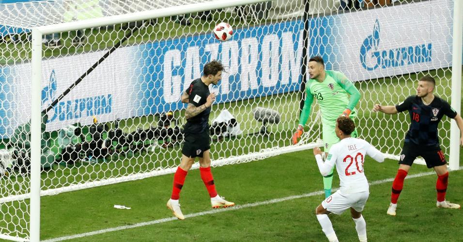 Croata Vrsaljko tira a bola em cima da linha, no duelo com a Inglaterra