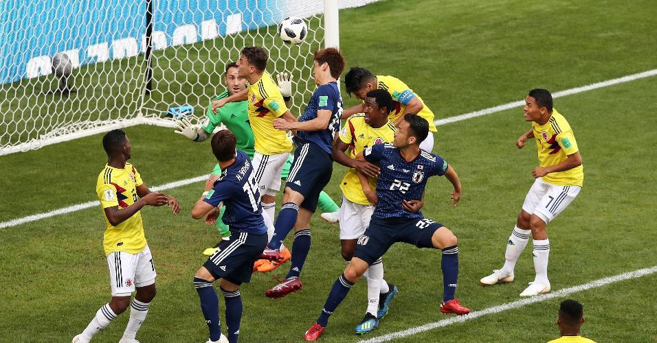 Osako sobe para cabecear e marcar o segundo gol do Japão contra Colômbia