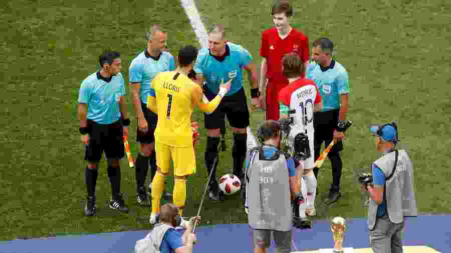 Nestor Pitana cumprimenta Hugo Lloris e Luka Modric, capitães de França e Croácia - Christian Hartmann/Reuters