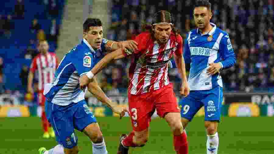 Filipe Luis (ao centro) em ação pelo Atlético de Madri contra o Espanyol - Joan Gosa/Xinhua
