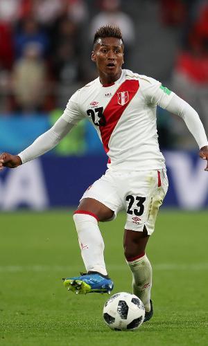 Pedro Aquino, da seleção do Peru, em ação em jogo contra a França