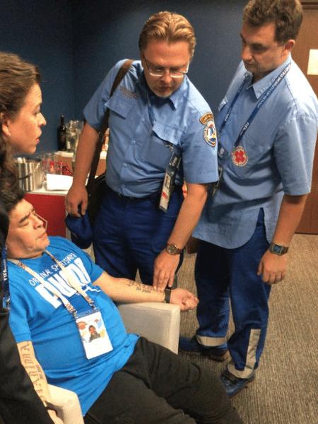 Maradona recebe atendimento médico em jogo da Argentina na Copa - TyC Sports
