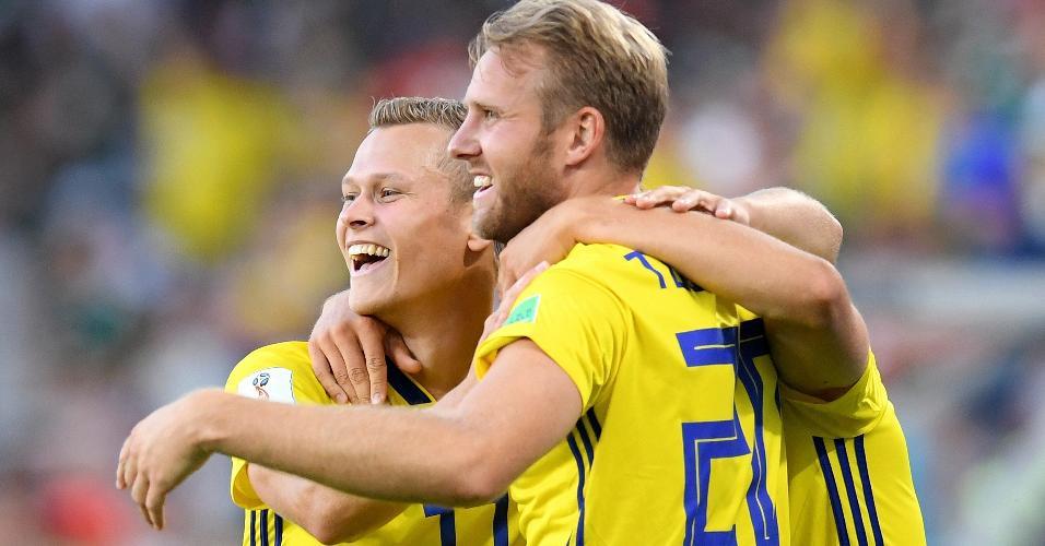 Augustinsson comemora com Toivonen o 1º gol da Suécia contra o México