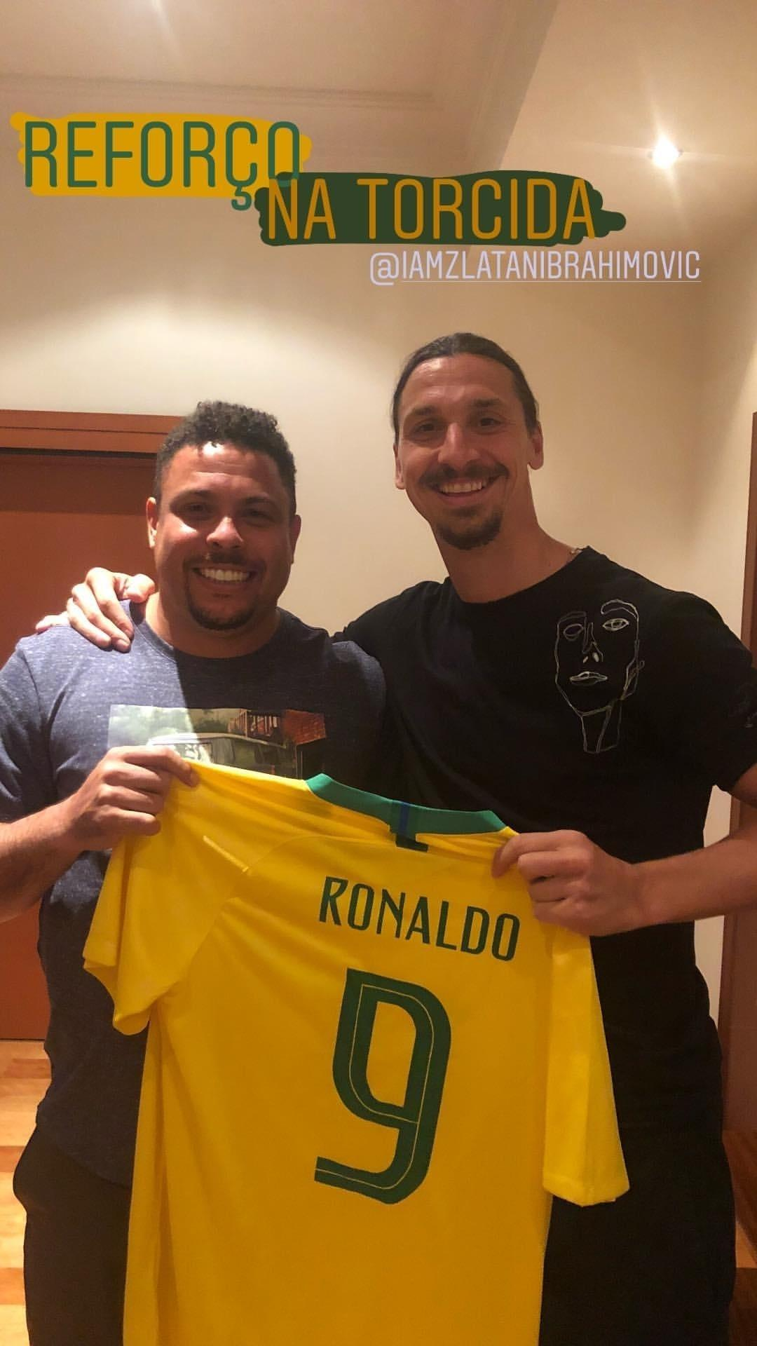 Ronaldo presenteia Ibrahimovic com camisa do Brasil