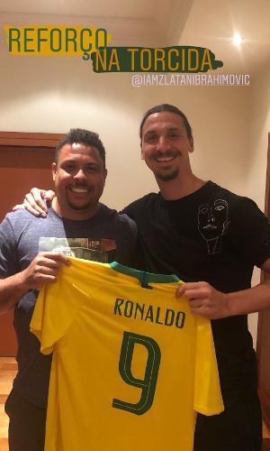 Ronaldo presenteia Ibrahimovic com camisa do Brasil