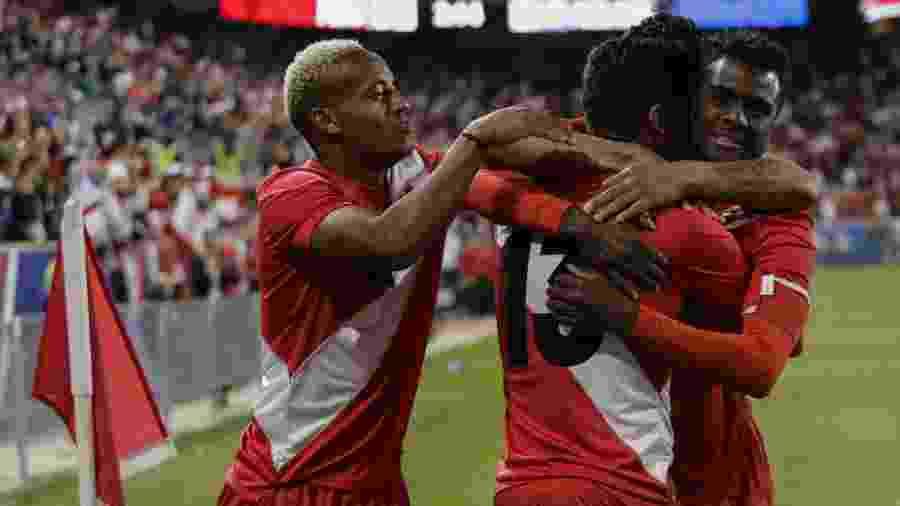 Peru celebra gol durante vitória sobre Islândia  - Eduardo Muñoz Alvarez/AFP