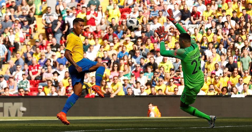 Firmino toca por cima do goleiro para anotar o segundo gol do Brasil