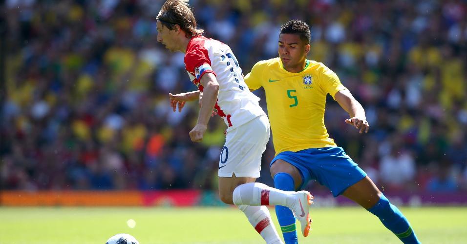 Luka Modric tenta passar por Casemiro em Brasil x Croácia