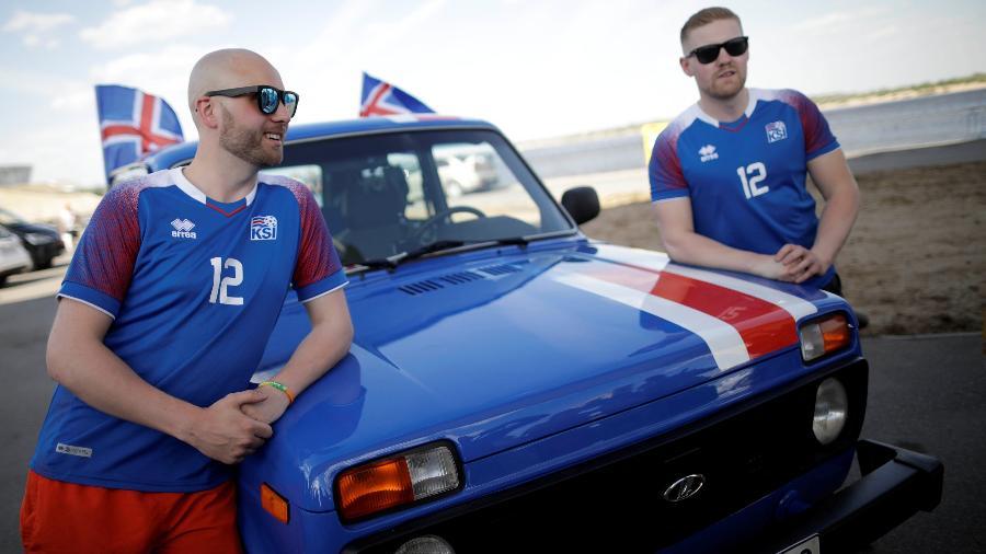 Gretar Jonsson (esquerda) e Kristbjorn Hilmir Kjartansson (direita) encararam a viagem em um carro entregue em uma competição - Ueslei Marcelino/Reuters