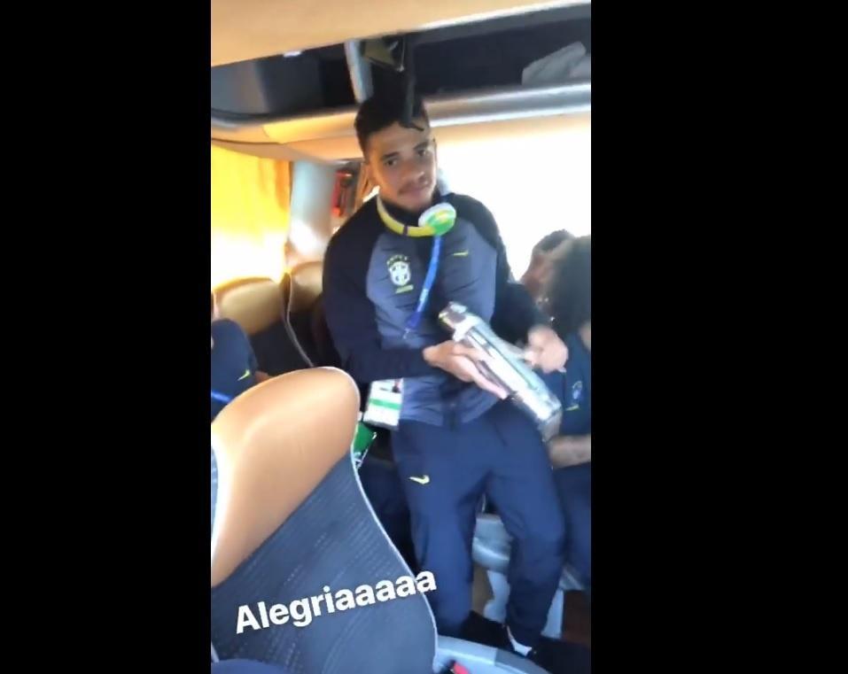 Taison toca no ônibus da seleção brasileira