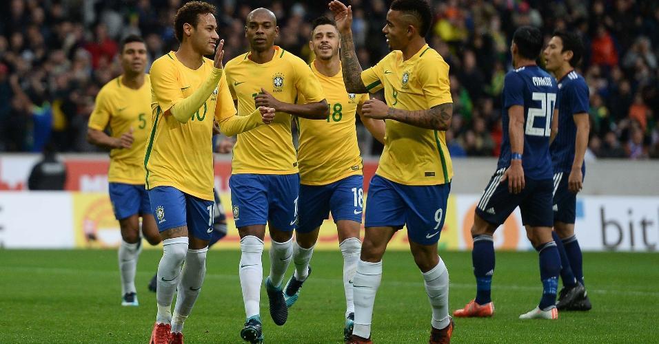 Neymar e Gabriel Jesus comemoram gol do Brasil contra o Japão