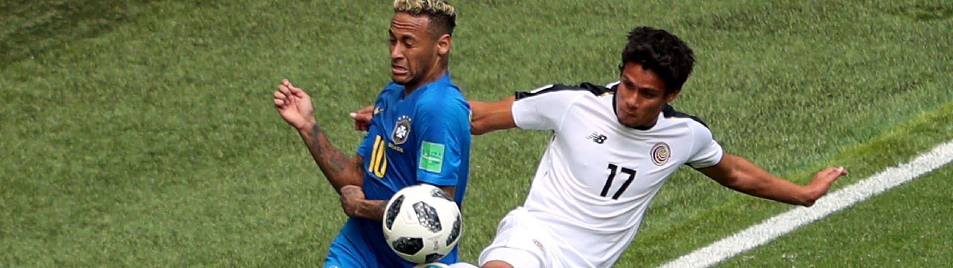 Neymar dá carretilha em Tejeda durante partida entre Brasil e Costa Rica na Copa do Mundo