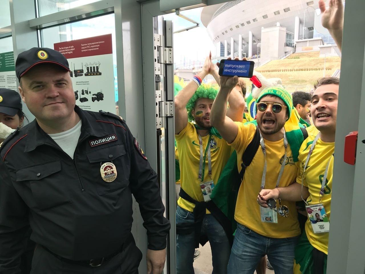 Torcedores brasileiros encontram dificuldade para entrar no estádio em São Petersburgo