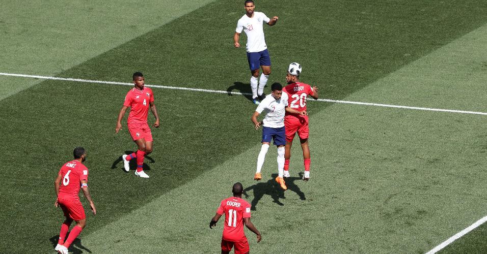 Anibal Godoy, da seleção do Panamá, disputa cabeceio com Jesse Lingard, da Inglaterra