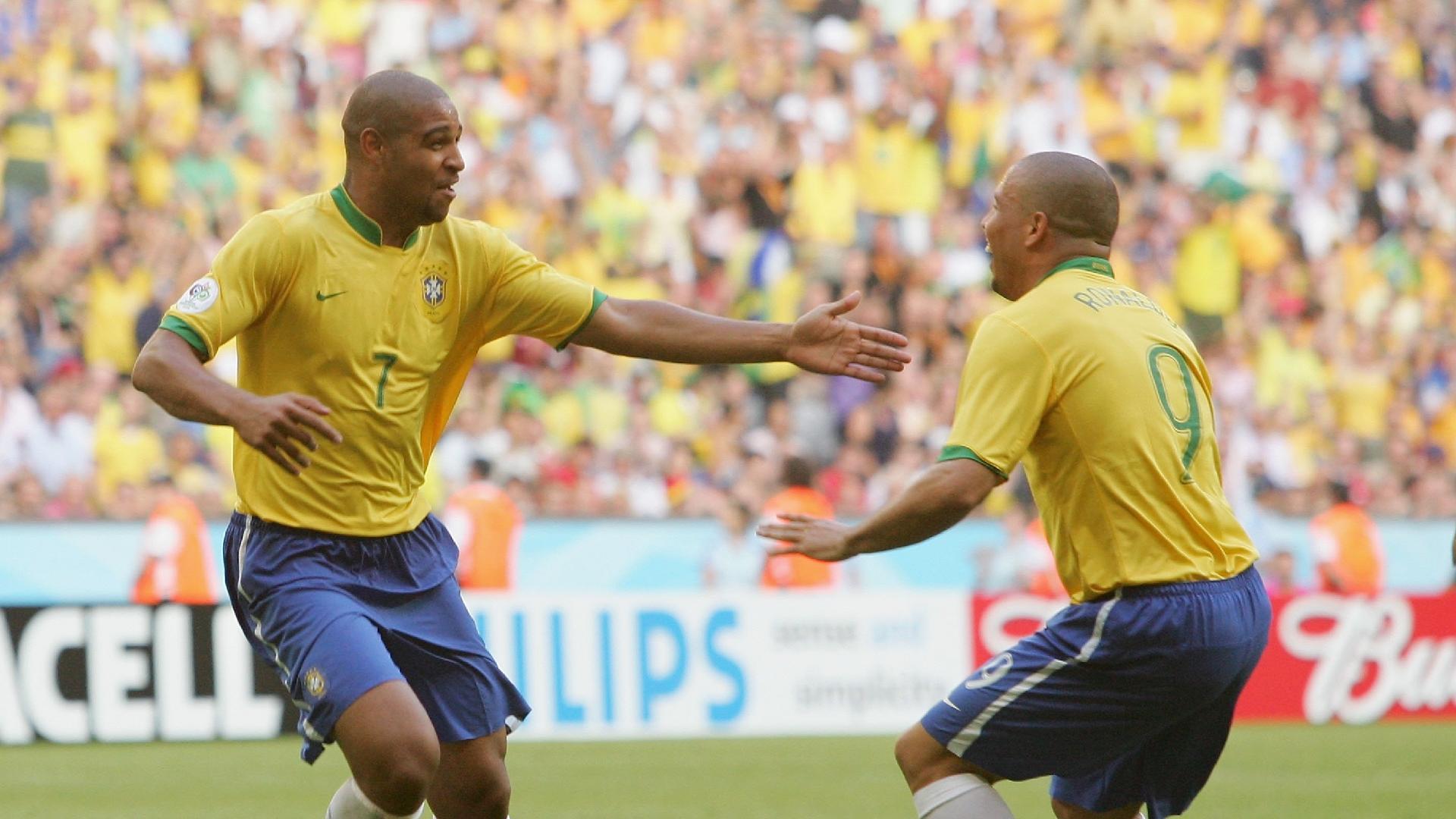 Adriano e Ronaldo comemoram gol da seleção na Copa de 2006
