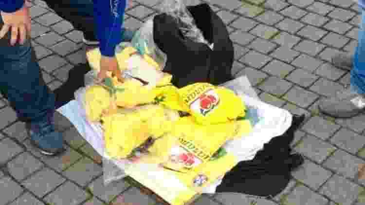 Quando os agentes de fiscalização se aproximavam, os brasileiros guardavam as mercadorias. Mas os turistas interessados em comprar as blusas, muitas vezes, demorava para perceber o motivo de tanta discrição - RICARDO SENRA/BBC