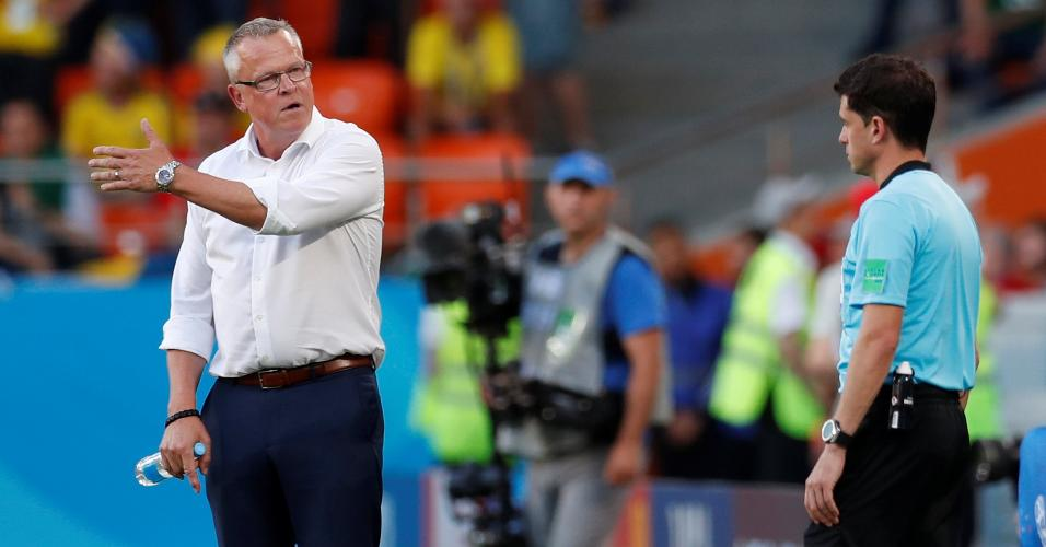 O técnico Jan Andersson, da Suécia, reclama com o 4º árbitro no duelo contra o México