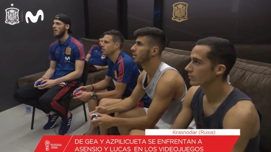 Jogadores espanhóis se preparam para as oitavas jogando Fifa - Reprodução/Twitter