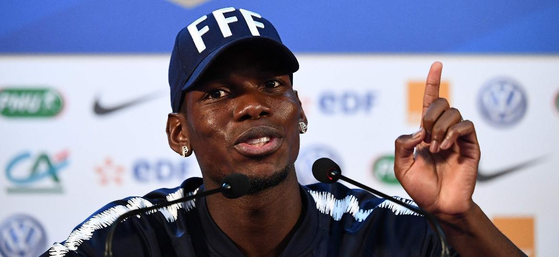 Paul Pogba brinca com jornalistas em entrevista coletiva  - Franck Fife - 24.jun.2018/AFP