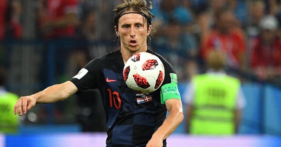 Luka Modric domina a bola durante a partida contra a Dinamarca