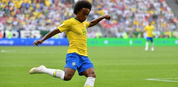 Willian em ação durante jogo do Brasil contra o México na Copa