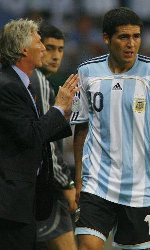 José Pekerman conversa com Riquelme durante partida da Argentina