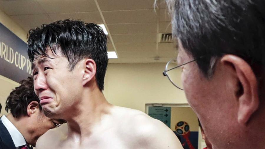 Son Heung-min é consolado por Moon Jae-in, presidente da Coreia do Sul, após derrota contra o México - Yonhap/EFE