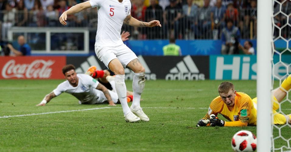 Jordan Pickford, goleiro da Inglaterra, observa lance perigoso da Croácia com bola na trave