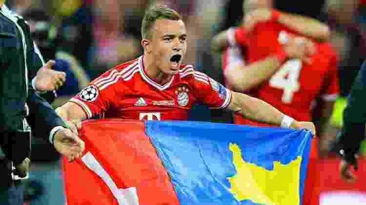 Shaqiri exibe bandeiras da Suíça e do Kosovo ao comemorar um título quando defendia o Bayern - Reprodução