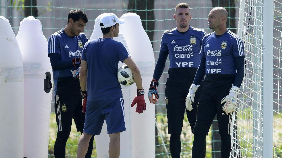Goleiros da Argentina, durante treino da seleção - AFP PHOTO / JUAN MABROMATA